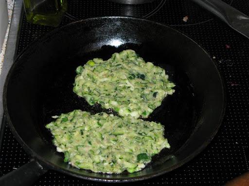 Zucchinipuffer mit Schnittlauchquark