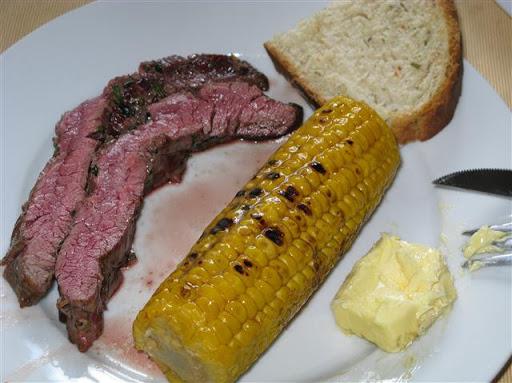 Gekräutertes Flanksteak mit Maiskolben und Kräuterbrot