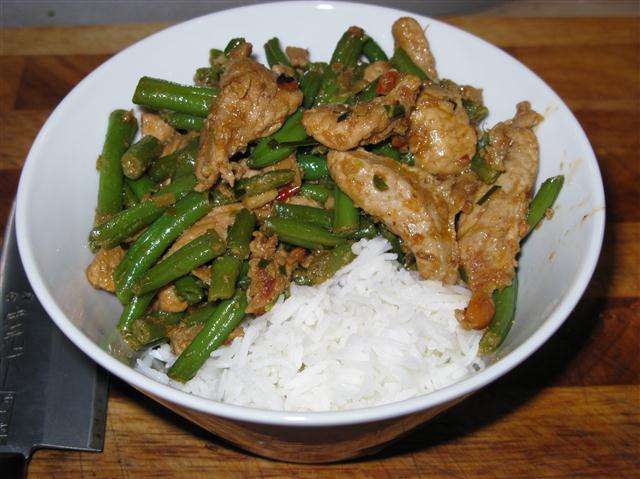 Rotes Schweinecurry mit grünen Bohnen
