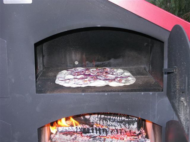Die Einweihung des Holzbackofens mit Flammkuchen und Roggenbrot