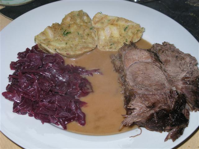Rinder-Sauerbraten mit beschwipstem Rotkohl und Serviettenknödel