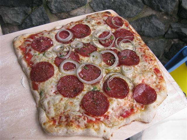 Pizza aus dem Holzbackofen