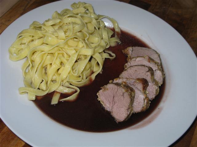 Bentheimer Schweinefilet in Parmesankruste auf Rotweinsauce mit gebutterten Tagliatelle