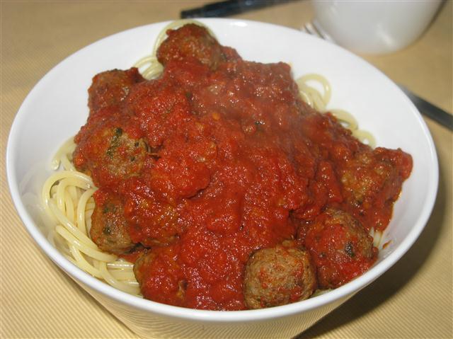 Spaghetti mit Tomaten-Hackbällchen-Soße
