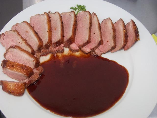 Gegrillte Entenbrust an Orangen-Rotwein-Sauce