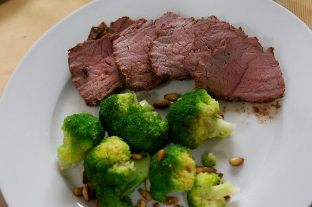 Rinderhüfte mit Sweet-Tomahawk-Rub und gebuttertem Brokkoli