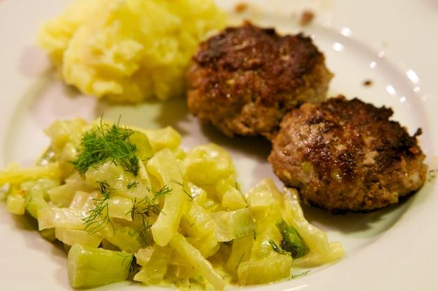 Frikadellen mit Fenchel-Safran-Gemüse und Kartoffelbrei
