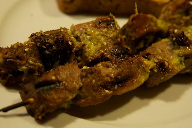 Gegrillte Rinderzunge mit Ingwer-Sesam-Marinade