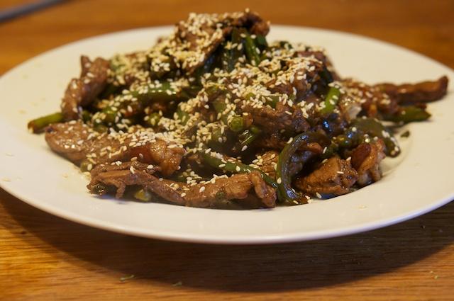 Scharfes Rindfleisch mit Sesam und grünem Gemüse