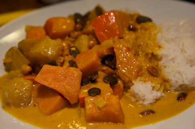 Thailändisches Kürbis-Curry mit Erdnüssen