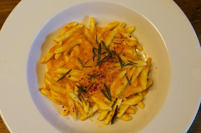 Fusilli mit raffinierter Kürbissauce und frittiertem Rosmarin