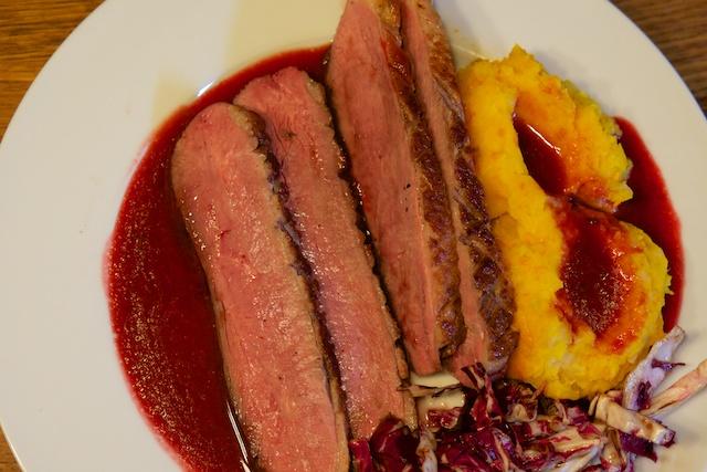 Entenbrust auf Cranberry-Sherry-Sauce mit Kartoffel-Kürbisstampf