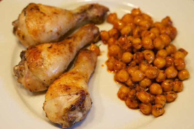 Hähnchenkeulen mit Safran und Kichererbsen