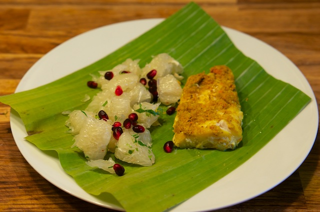 Im Bananenblatt gedämpfter Fisch mit scharfem Pomelo-Salat