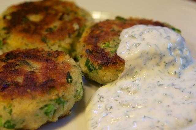 Kräuter-Couscous-Bratlinge mit kalter Joghurt-Minz-Sauce