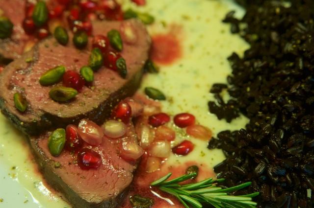 Hirschrücken auf Marzipan-Rosmarin-Sauce