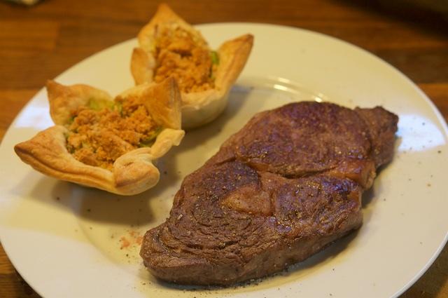 Spitzkohl-Torteletts und Entrecôte vom irischen Ochsen