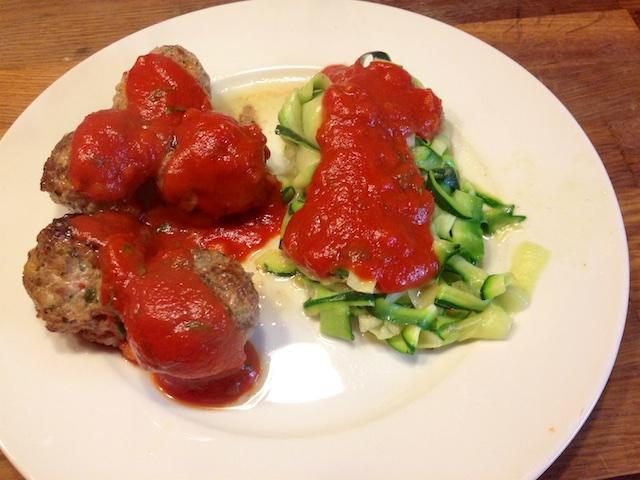 Ricotta-Fleischbällchen mit Zoodles und Tomatensauce