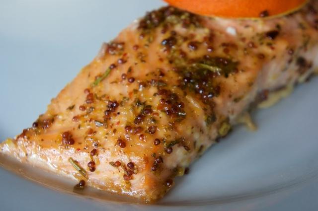 Geplankter Lachs mit Honig-Senf-Kräuter-Marinade